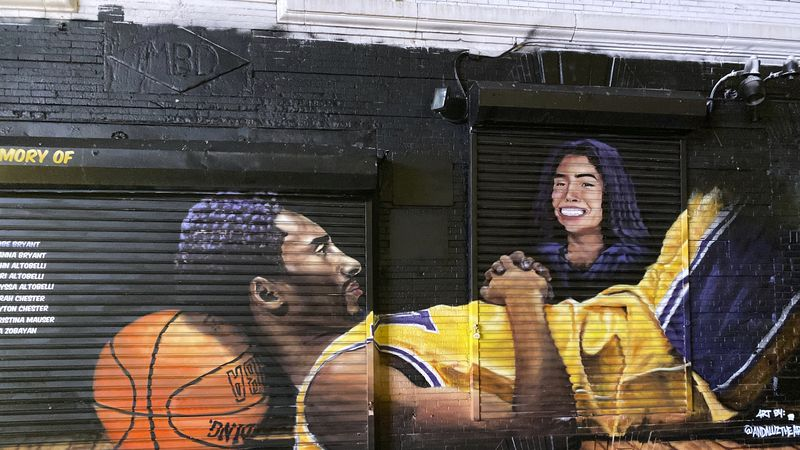 A Kobe Bryant and Gianna Bryant mural in Brooklyn, New York.