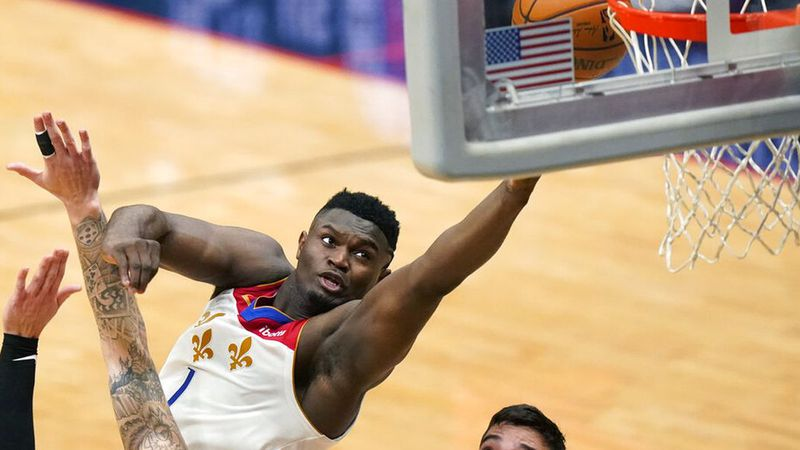 New Orleans Pelicans forward Zion Williamson (1) goes to the basket in the first half of an NBA...