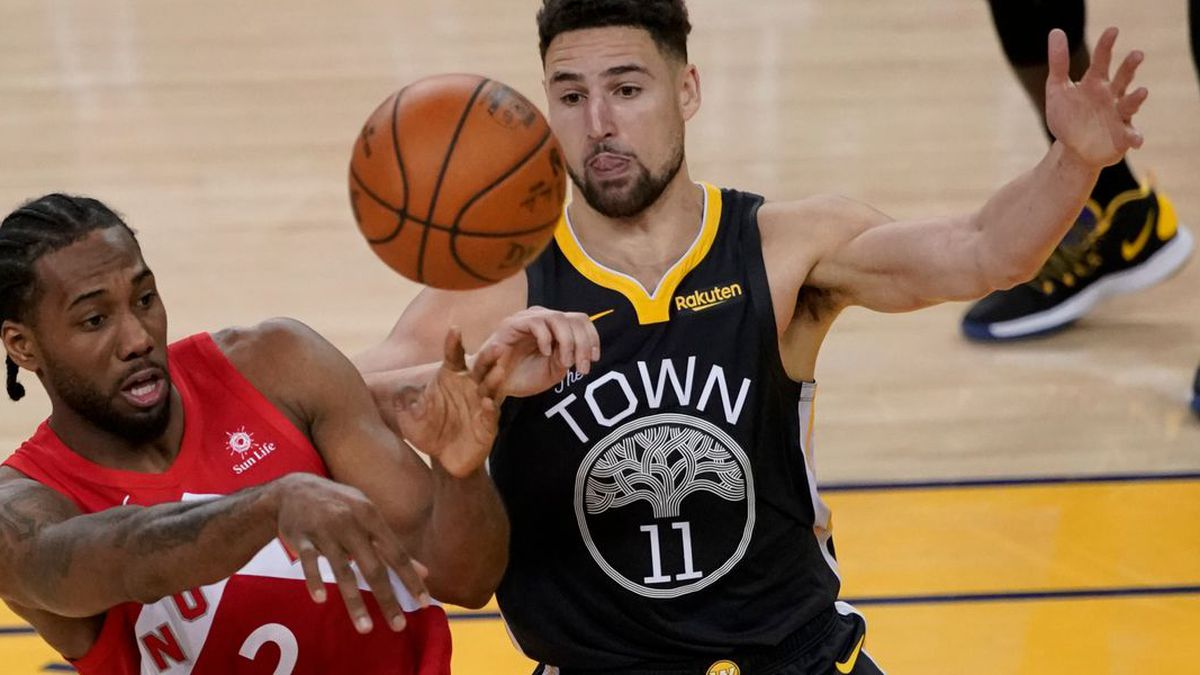 Toronto Raptors forward Kawhi Leonard (2) passes the ball in front of Golden State Warriors guard Klay Thompson (11) during the second half of Game 4 of basketball's NBA Finals in Oakland, Calif., Friday, June 7, 2019. (AP Photo/Tony Avelar) (Source: Tony Avelar)