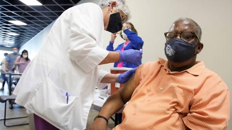 Vicksburg Mayor George Flaggs gets COVID-19 vaccine.
